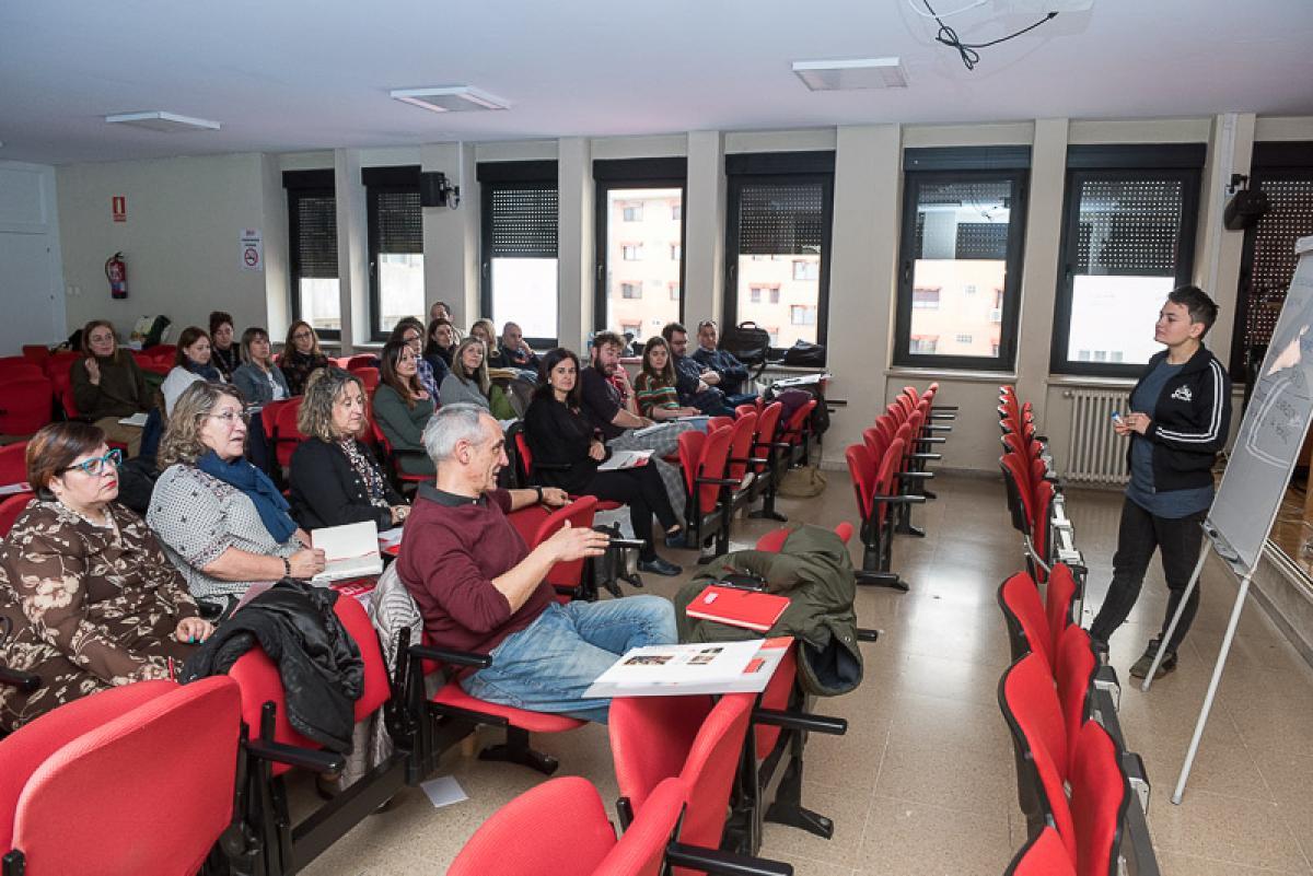 La técnica de la Fundación Triángulo CyL en plena conferencia.