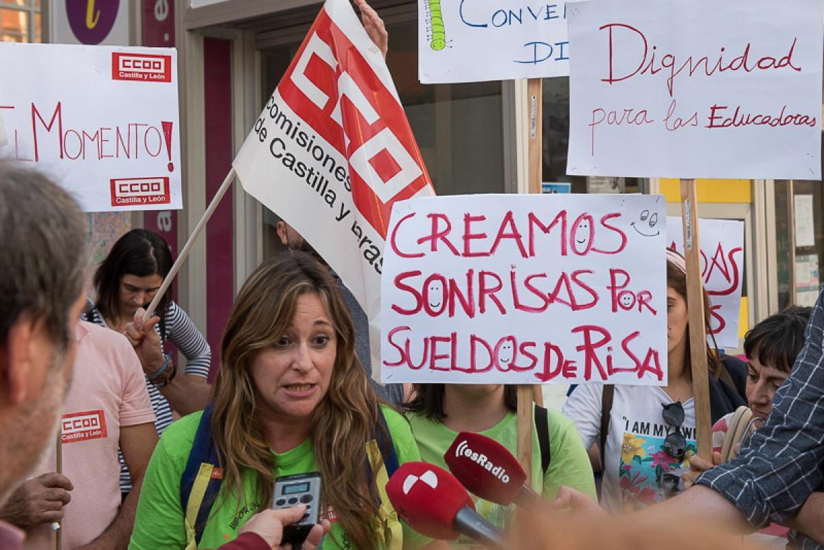 Varias instantáneas de la movilización realizada esta tarde en Valladolid por las educadoras infantiles de 0 a 3 años.